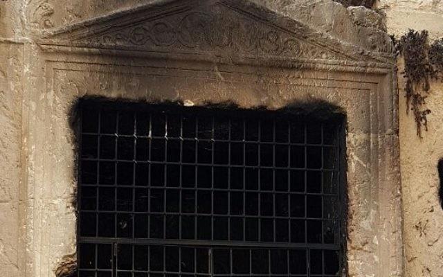 Détail de la tombe du roi Josaphat, vallée du Cédron, Jérusalem, après un incendie présumé, le 14 novembre 2016. (Crédit : Assaf Avraham, autorité de la nature et des parcs)