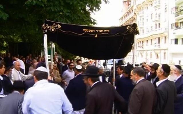 Des juifs de Genève, en Suisse, célèbrent la réception d'un nouveau rouleau de Torah, en 2011. (Crédit : capture d'écran YouTube)