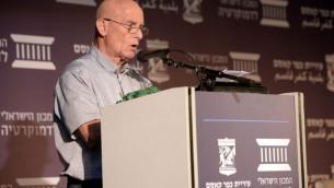 Ami Ayalon, ancien chef du Shin Beth, lors de la cérémonie commémorative du massacre de 1965 à Kafr Kassem. (Crédit : Yossi Zeliger)