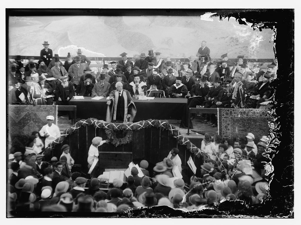 Lord Balfour pendant l'inauguration de l'université hébraïque de Jérusalem, en avril 1925. (Crédit : Library of Congress)