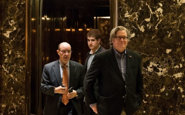 Stephen Bannon, à droite, dans le hall de la Trump Tower à New York, le 11 novembre 2016. (Crédit : Drew Angerer/Getty Images via JTA)