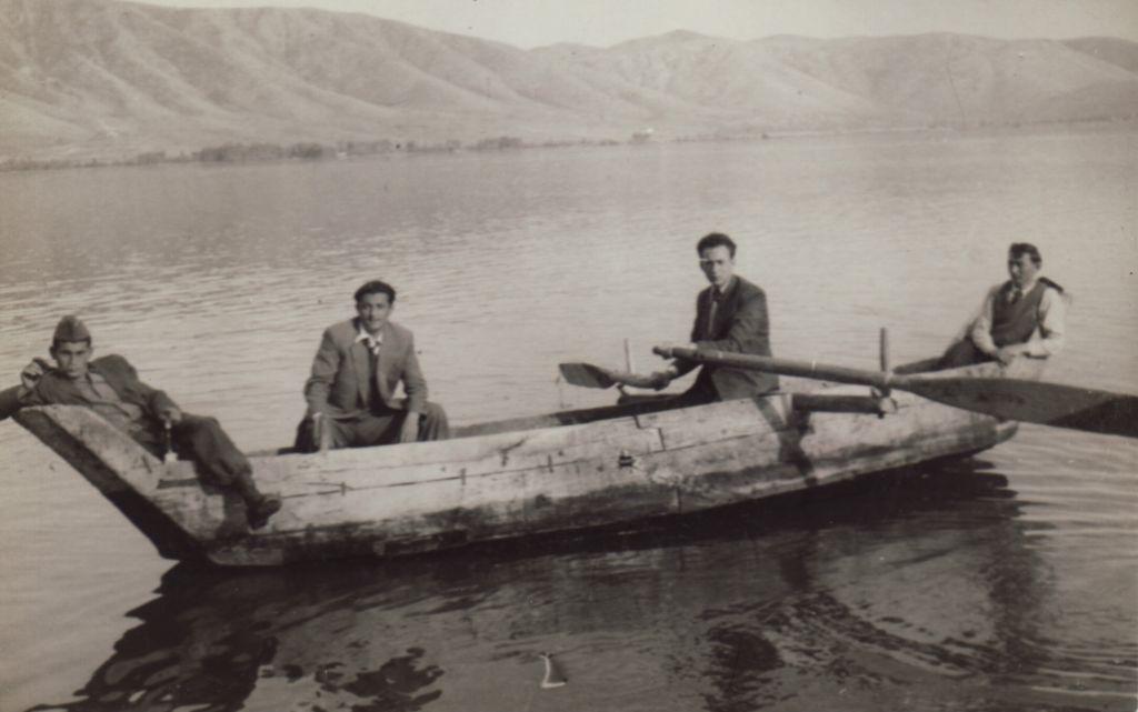 Beni Elias (qui tient les rames) dans une barque kastorienne au début des années 1950. (Capture d'écran)