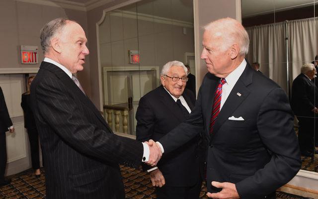 Le vice-président américain Joe Biden, à droite, serre la main du président du Congrès juif mondial Ronald Lauder, devant l'ancien secrétaire d'Etat Henry Kissinger, à New York, le 9 novembre 2016. (Crédit :  Shahar Azran/WireImage/Congrès juif mondial via JTA)