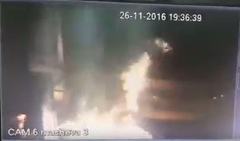 Une étincelle d'électricité statique a enflammé une pompe à essence, dans le nord d'Israël, le 26 novembre 2016. (Crédit : capture d'écran YouTube)