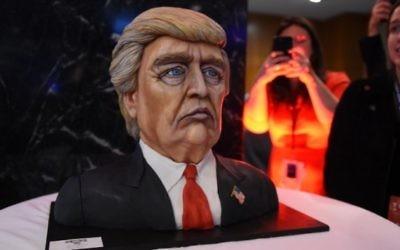 Un gâteau à l'effigie du candidat républicain Donald Trump exposé la nuit de l'élection au Hilton Midtown de New York, le 8 novembre 2016. (Crédits : AFP/Timothy A. Clary)