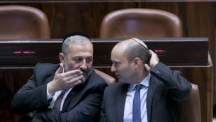 Le ministre de l'Intérieur Aryeh Deri (à gauche) discute avec le ministre de l'Éducation Naftali Bennett au parlement israélien pour l'inauguration de sa session hivernale, le 31 octobre 2016 (Crédit : Yonatan Sindel/Flash 90)
