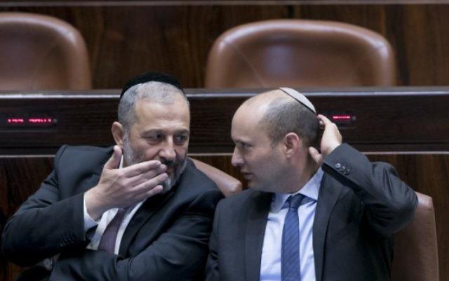 Le ministre de l'Intérieur Aryeh Deri, à gauche, et le ministre de l'Éducation Naftali Bennett à la Knesset, le 31 octobre 2016. (Crédit : Yonatan Sindel/Flash90)