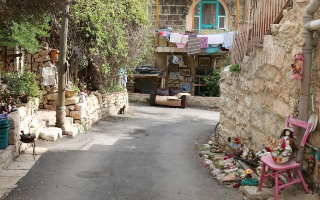 La rue HaHayot d'Ein Kerem. La population arabe du quartier a fui pendant la guerre d'Indépendance, et le gouvernement israélien y a installé des immigrants venus d'Irak, du Yémen et du Maroc. (Crédit : Shmuel Bar-Am)