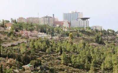 L'hôpital Hadassah de Jérusalem vu depuis le point de vue d'Ein Kerem. (Crédit : Shmuel Bar-Am)