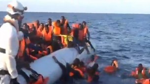 Des migrants qui ne peuvent pas nager tombent à la mer pendant une opération de sauvetage en Méditerranée, en novembre 2016. (Crédit : capture d'écran Deuxième chaîne)