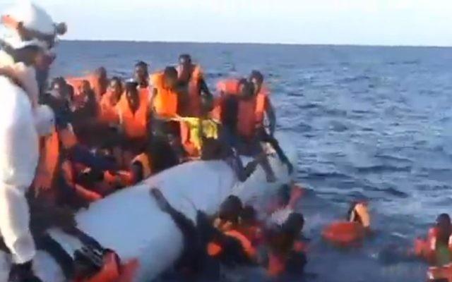 Des migrants qui ne peuvent pas nager tombent à la mer pendant une opération de sauvetage en Méditerranée, en novembre 2016. Illustration. (Crédit : capture d'écran Deuxième chaîne)