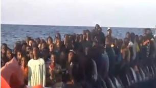 150 migrants, qui ont embarqué sur un seul canot pneumatique, ont été sauvés par Israel Papa et l'équipe du MOAS, en novembre 2016. (Crédit : capture d'écran Deuxième chaîne)