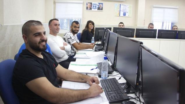 Des arabes assistent à une formation préparatoire d'un semaine à Kiryat Ata pour réussir l'examen écrit d'entrée dans les forces de police. (Crédit : Dov Lieber/Times of ISrael)