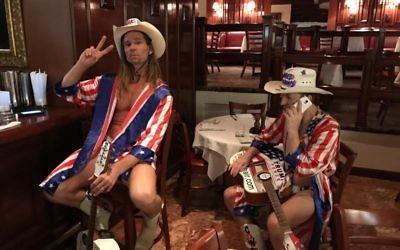 Robert Burck, également surnommé le Naked Cowboy (à gauche), et Robert Coffman au bar du Trump Grill de la Trump Tower le jour de l'élection présidentielle américaine, le 8 novembre 2016. (Crédit : Eric Cortellessa/Times of Israel)