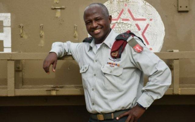 Le lieutenant colonel Avraham Yitzchak, qui prendra la direction du service médical deviendra le premier colonel de l'armée israélienne de la communauté éthiopienne. (Crédit : porte-parole de l'armée)