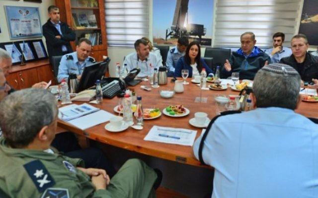 Le Premier ministre  Benjamin Netanyahu ( troisième à partir e la droite) s'est réuni avec des les personnes chargées de la sécurité à la base aérienne de Hazor, d'où décollent et atterrissent  les bombardier, le 25 novembre 2016 (Crédits : Kobi Gideon/GPO)
