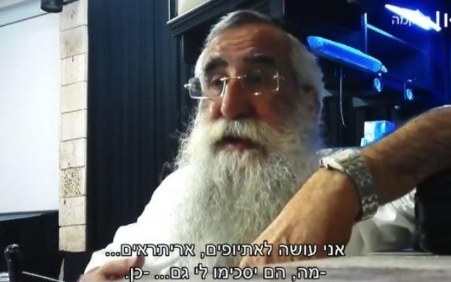 Le rabbin Eliyahu Asulin, mohel certifié, s'adresse à un journaliste sous couverture et déclare qu'il faut s'entraîner sur les bébés des familles défavorisées. (Crédit : capture d'écran Israeli Public Broadcasting Corporation)