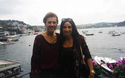 Betty (gauche) et son amie Suzette, deux femmes d'affaires turques dans un café d'Istanbul, le 4 novembre 2016. Les patronymes sont gardés secrets, à la demandée des interviewées, pour ds raisons de sécurité. (Crédit : Cnaan Liphshiz/JTA)