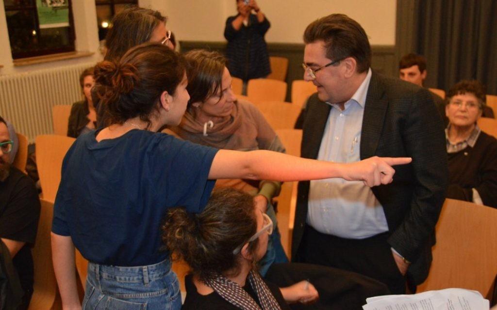 L'homme en costume a agressé les femmes pour leur position pro-Israël. Les femmes ont été invitées à quitter la réunion. (Crédit : Felix Balandat/Times of Israël)