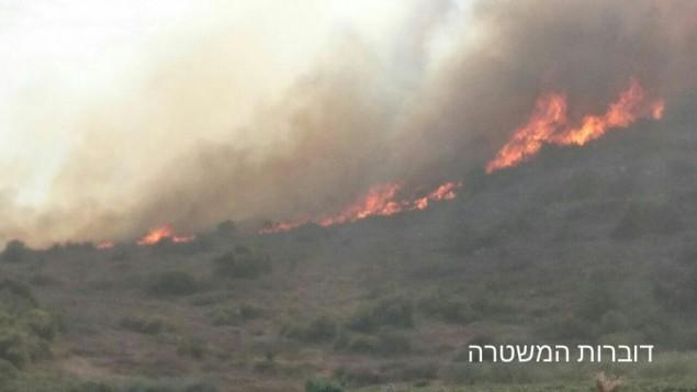 L'incendie fait rage autour de Zichron Yaakov, le 22 novembre 2016. (Crédit : Porte-parole de la police israélienne)
