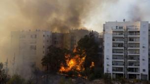 Un feu de forêt ravage la ville portuaire de Haïfa. De nombreuses personnes ont été évacuées, mais certaines personnes seraient bloquées à l'intérieur. Les pompiers luttent contre ces incendies, le 24 novembre 2016. (Crédit : AFP/Jack Guez)