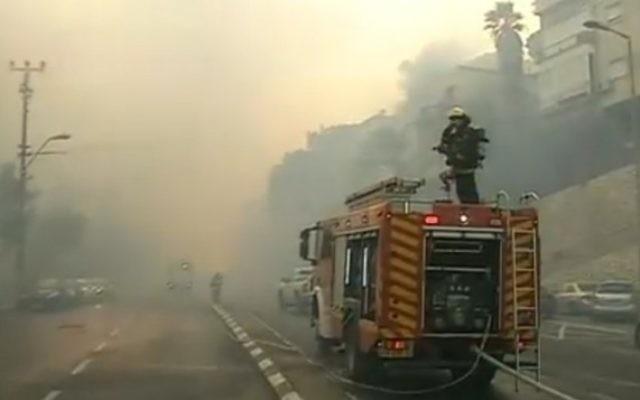 Les pompiers luttent contre un incendie à Haïfa, le 24 novembre 2016. (Crédit : capture d'écran Dixième chaîne)