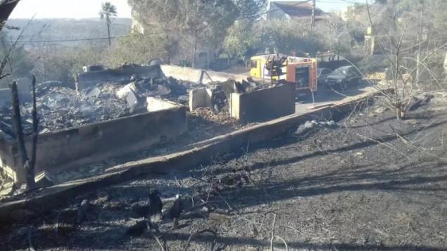 Maisons brûlées dans l'implantation de Halamish, en Cisjordanie, le 26 novembre 2016, au lendemain d'un incendie qui a touché des dizaines de maisons. (Crédit : pompiers israéliens)