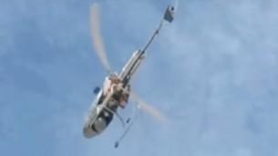 L'hélicoptère de l'institut de recherche Volcani, offert par Uri Ariel, ministre de l'Agriculture à Dimitri Medvedev, Premier ministre russe, le 10 novembre 2016, ici en vol au dessus d'un champs. (Crédit : capture d'écran YouTube)