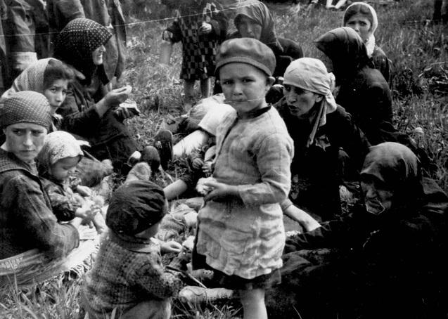 Des juifs hongrois sur le point d'être déportés à Auschwitz. (Crédit : autorisation)