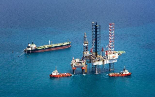 Une plateforme offshore de gaz naturel. Illustration. (Crédit : iStockphoto/nattapon1975)