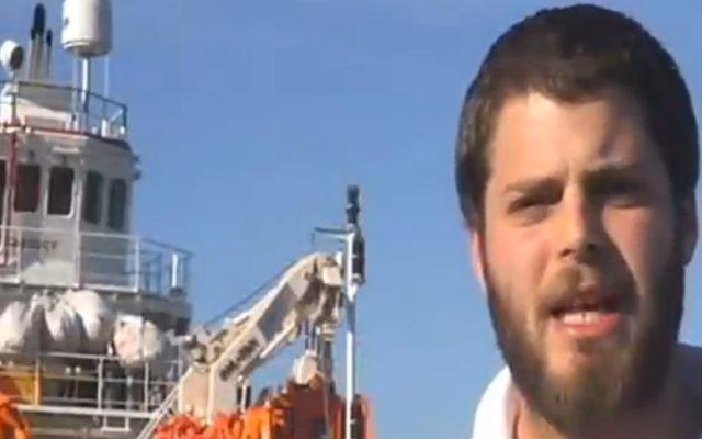 Israel Papa, secouriste de Magen David Adom, a passé cinq semaines sur un bateau de la Croix Rouge qui sauve des réfugiés en Méditerranée, en novembre 2016. (Crédit : capture d'écran Deuxième chaîne)