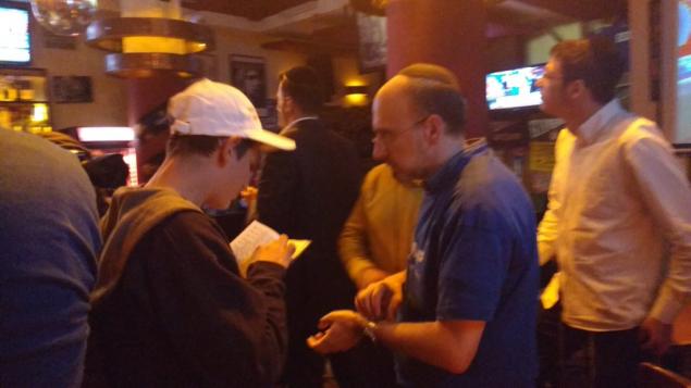 Les partisans de Trump récitent les prières du matin au bar Mike's Place de Jérusalem, le 9 novembre 2016. (Crédit : Melanie Lidman/Times of Israel)