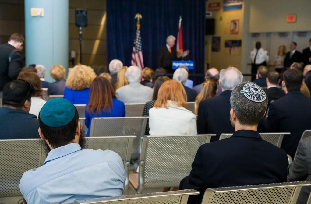 L'ancien président Bill Clinton s'exprime lors d'un événement privé avec des membres de la communauté juive du sud de la Floride, au nom de son épouse, Hillary Clinton, le 15 février 2016 (Crédit : Autorisation Hillary for America)