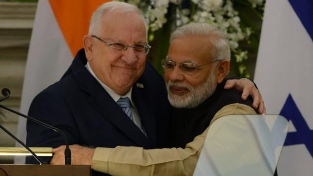 Accolade chaleureuse entre le président Rivlin (gauche) avec le Premier ministre indien Narendra Modi, après une conférence de presse commune à New Delhi le 15 novembre 2016. (Crédits : AFP/MONEY SHARMA)