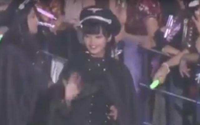 Les membres du groupe japonais Keyakizaka46 portaient des costumes de style militaire semblables à des uniformes nazis. (Capture d'écran: YouTube)