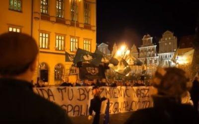 L'effigie d'un juif orthodoxe est incendiée pendant un rassemblement anti-islam en Pologne, en novembre 2015. (Crédit : capture d'écran YouTube)