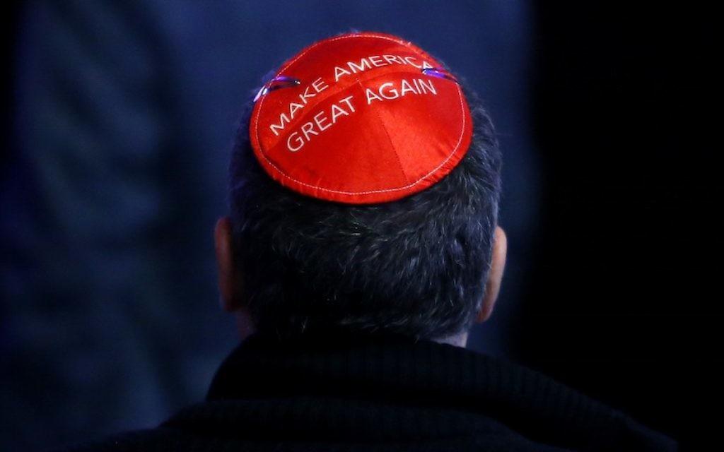 Un homme manifeste son soutien à Donald Trump sur sa kippa le soir de l'élection, à New York, le 8 novembre 2016. ( Crédits : Jessica Rinaldi/The Boston Globe via Getty Images)