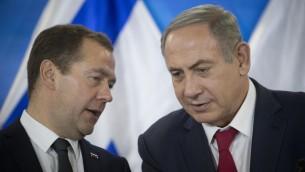 Le Premier ministre Benjamin Netanyahu (droite) tient une conférence de presse avec son homologue russe Dimitri Medvedev au bureau du Premier ministre le 10 novembre 2016. (Crédits : Yonatan Sindel/Flash90)