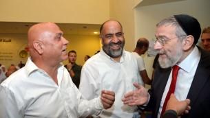 Le rabbin Michael Melchior (à droite) et le député du Meretz Issawi Fej (à gauche) se rencontrent le 30 octobre 2016, lors de la commémoration du massacre de Kafr Kassem en 1956. (Crédit : Yossi Zeliger)