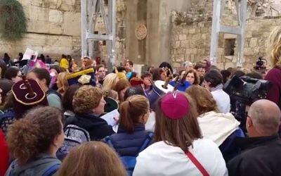 Manifestation au mur Occidental pour des prières pluralistes, dans la Vieille Ville de Jérusalem, le 2 novembre 2016. (Crédit : capture d'écran YouTube)