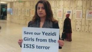 Nareen Shammo tient un panneau protestant contre la terreur, 11 janvier 2015 (Crédit : Nareen Shammo)