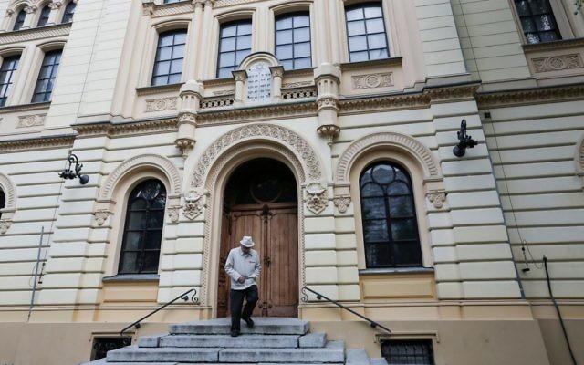 L'entrée de la synagogue Nozyk, à Varsovie, en Pologne, la seule synagogue de la ville qui a survécu à la Seconde Guerre mondiale. Construite entre 1898 et 1902 et restaurée après la guerre, elle est toujours utilisée aujourd'hui, et accueille la communauté juive de Varsovie ainsi que d'autres organisations juives. (Crédit : Flash90)