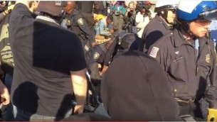 La police interrompt des affrontements entre manifestants et activistes de la droite alternative devant la conférence organisée par le National Policy Institute à Washington, D.C., le 19 novembre 2016. (Crédit : capture d'écran YouTube)