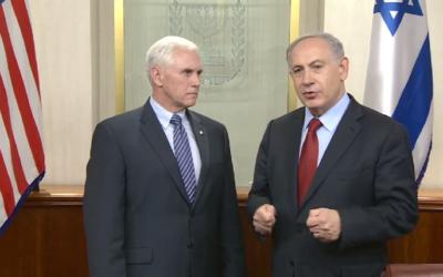 Le Premier ministre Benjamin Netanyahu, à droite, avec Mike Pence, alors gouverneur de l'Indiana, dans le bureau de Netanyahu à Jérusalem, le 29 décembre 2014. (Crédit : Facebook/Premier ministre d'Israël/GPO)