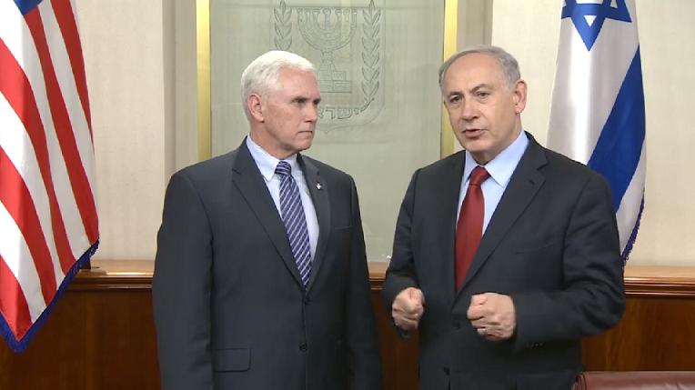 Le Premier ministre Benjamin Netanyahu (à droite) avec le gouverneur de l'Indiana, Mike Pence, dans le bureau de Netanyahu à Jérusalem le 29 décembre 2014 (Crédit : Capture d'écran Facebook / Le Premier ministre d'Israël / GPO)