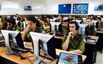 Des étudiants de l'armée suivent un cours de programmation informatique. (Crédit : autorisation)