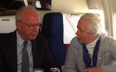 Le Premier ministre assassiné Yitzhak Rabin avec sa sœur, Rachel. (Crédit : GPO/Yaakov Saar)