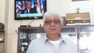 Eskandar Hinn, 60 ans, barbier du centre de Ramallah, regarde le discours de victoire de Donald Trump, le 9 novembre 2016. (Crédit : Dov Lieber/Times of Israël)