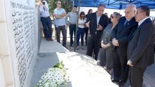Le président Reuven Rivlin (deuxième à partir de la droite) lors d'une cérémonie commémorative le 26 octobre 2014, pour marque le 58ème anniversaire du massacre de Kafr Kassem. (Crédits : Mark Neyman/GP0))