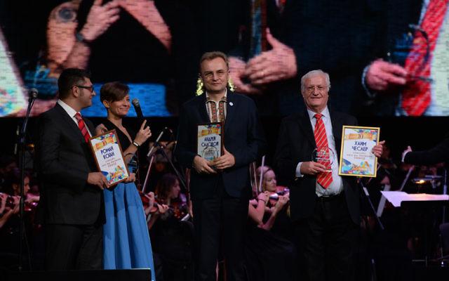 Le fondateur du Limmud FSU, Chaim Chesler, à droite, le maire de Lviv Andriy Sadovyi, au centre, et Roman Kogan assistant à un événement du Limmud à l'opéra de Lviv, le 6 novembre 2016 (Crédit : Boris Bukhman)